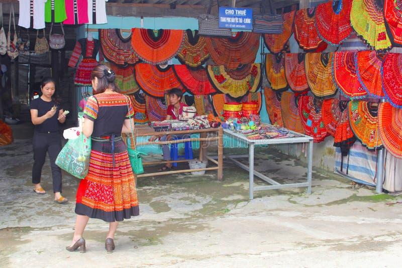 Shoppar den färgrika dräkten för den unga kvinnan, Mai Chau, Vietnam arkivfoto