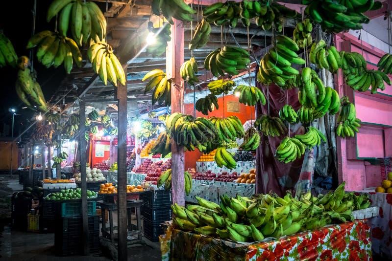 Shoppar den indiska gatan för frukt royaltyfri fotografi