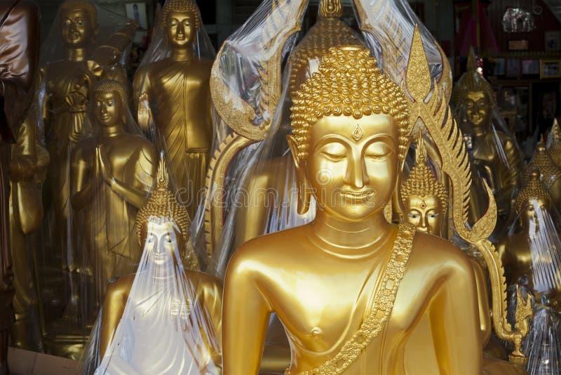 Shoppar den till salu visade yttersidan för Buddhastatyn arkivbilder