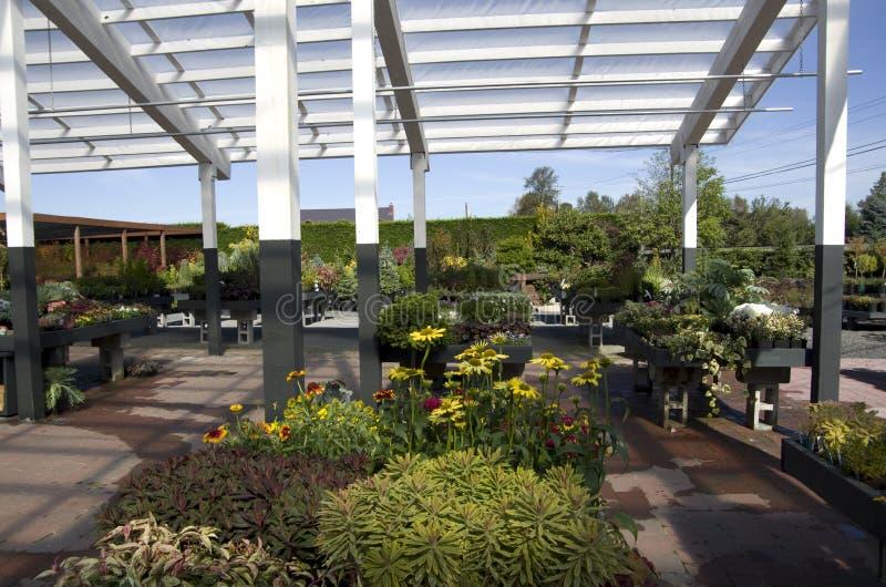 Shoppar den trädgårds- mitten för blomman royaltyfri foto