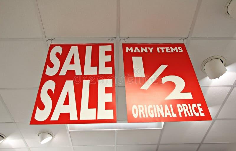 Shoppar det half priset för försäljningen tecken royaltyfri bild