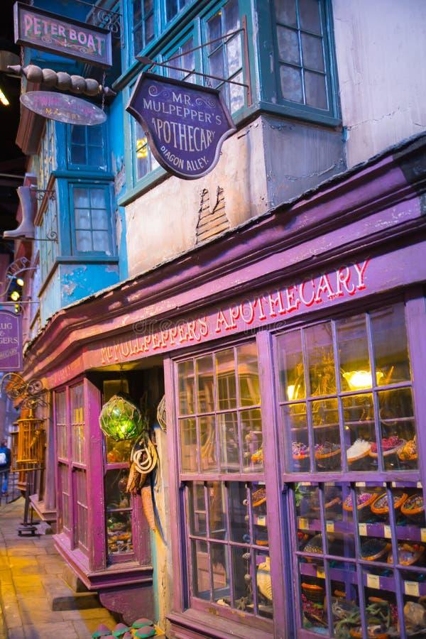 Shoppar fönsterskärm med magiska objekt i den Diagon gränden från den Harry Potter filmen Warner Brothers Studio UK royaltyfria bilder