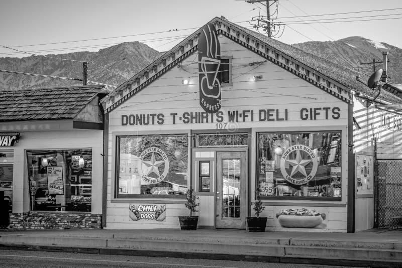 Shoppar i den historiska byn av ensamt s?rjer - ENSAMT S?RJA CA, USA - MARS 29, 2019 arkivfoton