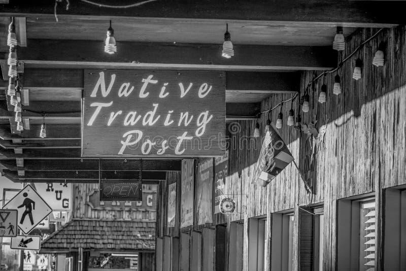 Shoppar i den historiska byn av ensamt s?rjer - ENSAMT S?RJA CA, USA - MARS 29, 2019 arkivbilder