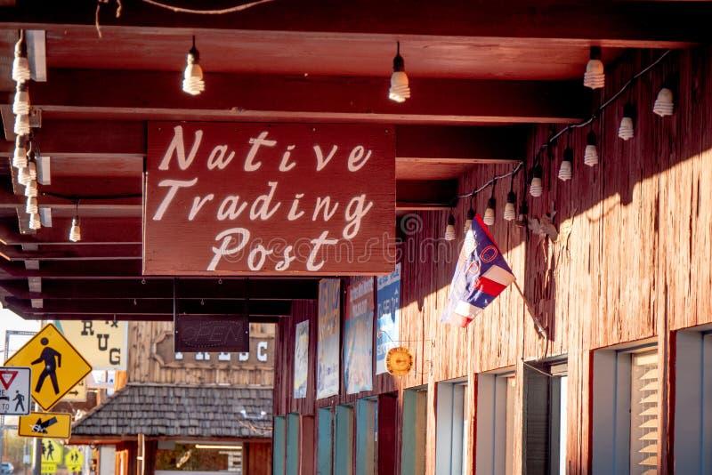 Shoppar i den historiska byn av ensamt s?rjer - ENSAMT S?RJA CA, USA - MARS 29, 2019 arkivbild