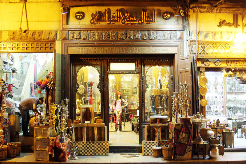 Shoppar i den historiska Moez gatan i Egypten fotografering för bildbyråer