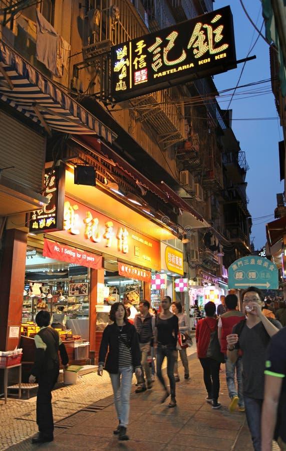 Shoppar i historisk mitt av Macao vid natt royaltyfri foto