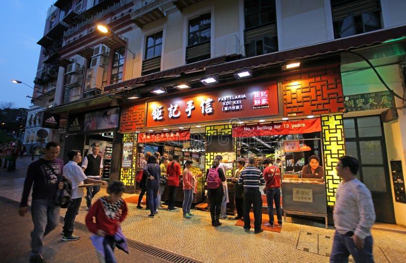 Shoppar i historisk mitt av Macao vid natt royaltyfria foton