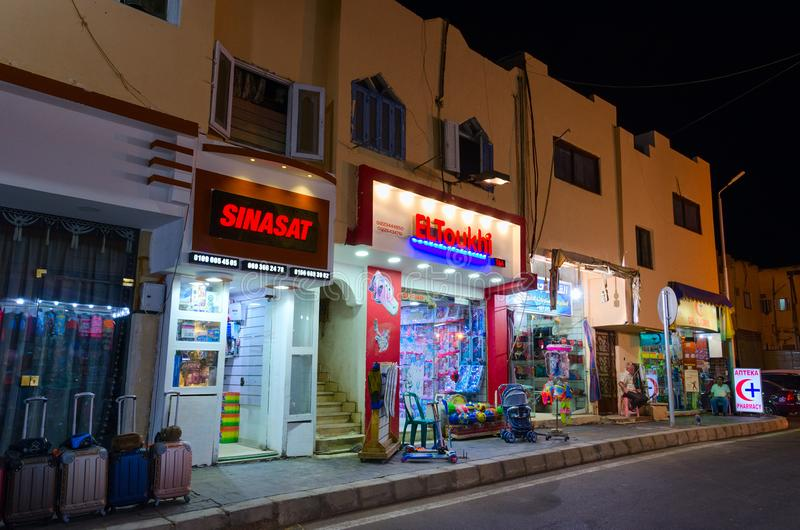 Shoppar och bostads- övregolv i hus på gatan i den gamla marknaden, Sharm el Sheikh, Egypten royaltyfria foton