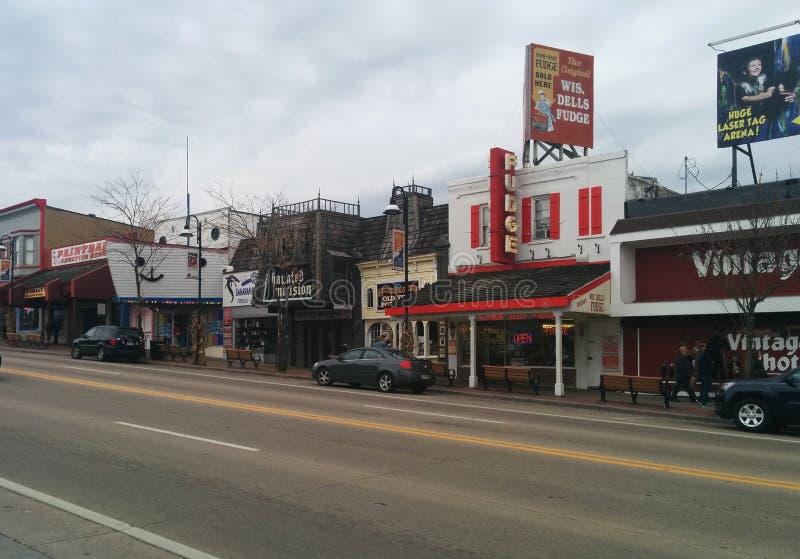 Shoppar och dragningar i i stadens centrum Wisconsin Dells fotografering för bildbyråer