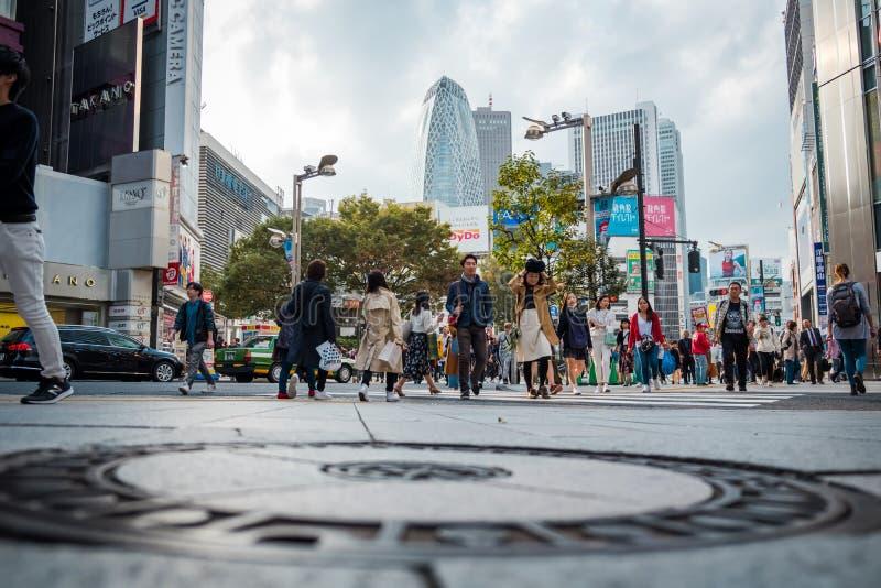 Shoppar och fullsatt folk på den Shinjuku staden i Tokyo royaltyfria foton