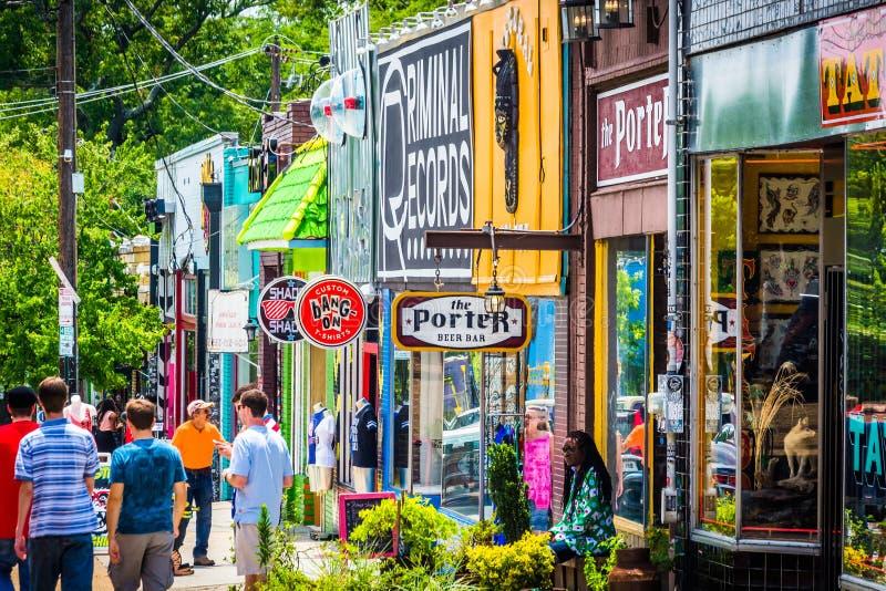 Shoppar och gångare i små fem punkter, i Atlanta, Georgia royaltyfri fotografi