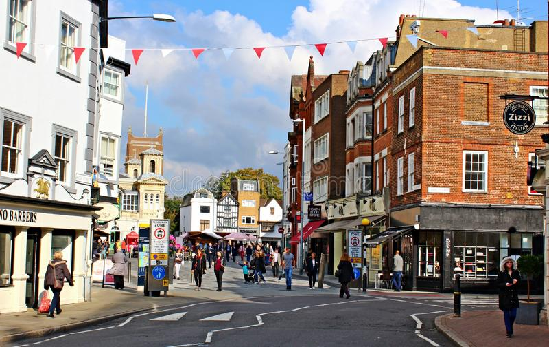 Shoppar och marknadsstället i Kingston på Themsen Surrey royaltyfria bilder