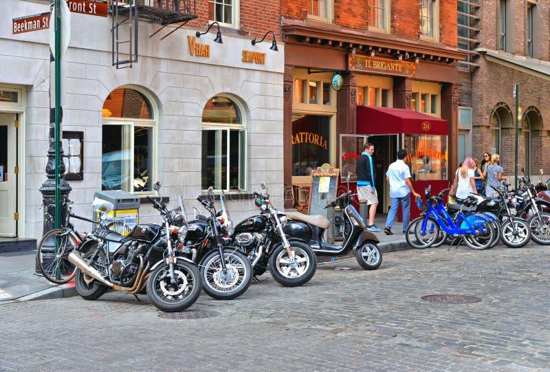 Shoppar och restauranger med folk i gamla byggnader på gator i den i stadens centrum Manhattan Fulton marknaden MANHATTAN/NEW YOR royaltyfri fotografi