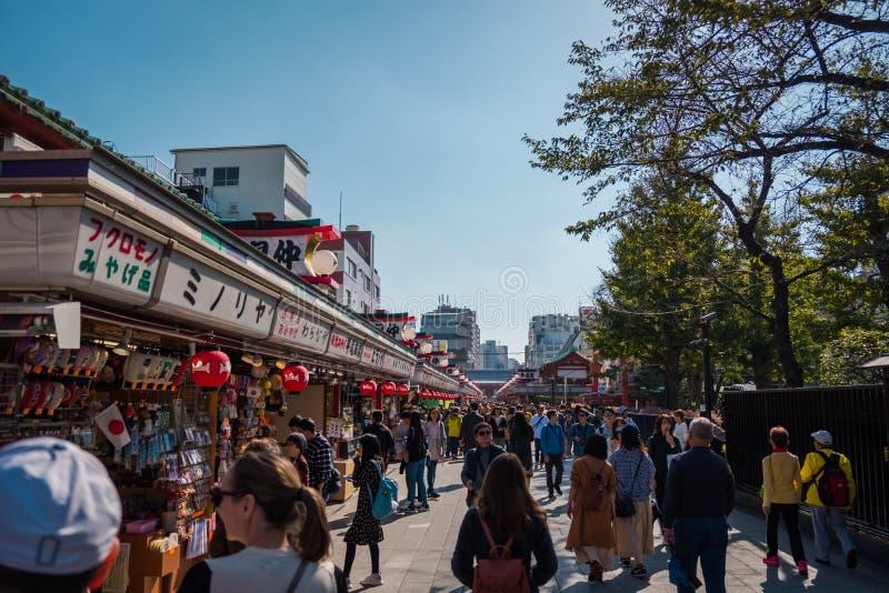 Shoppar på namnet 'Sensoji 'för den buddistiska templet på Asakusa område i Tokyo, Japan arkivfoto