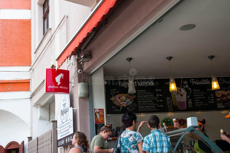 Shoppar tjänande som glass och kaffe för folk på en lilla Julius Meinl royaltyfri foto