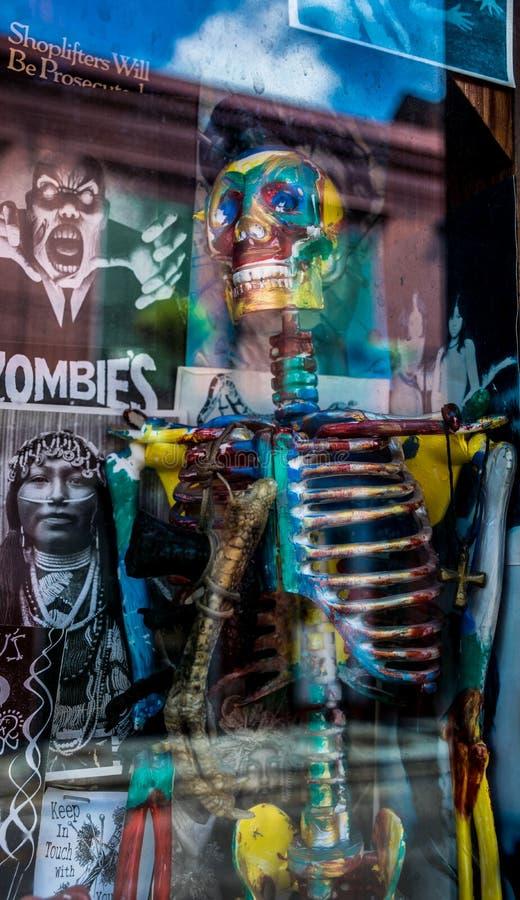 Shoppar voodoo New Orleans för den franska fjärdedelen arkivbilder