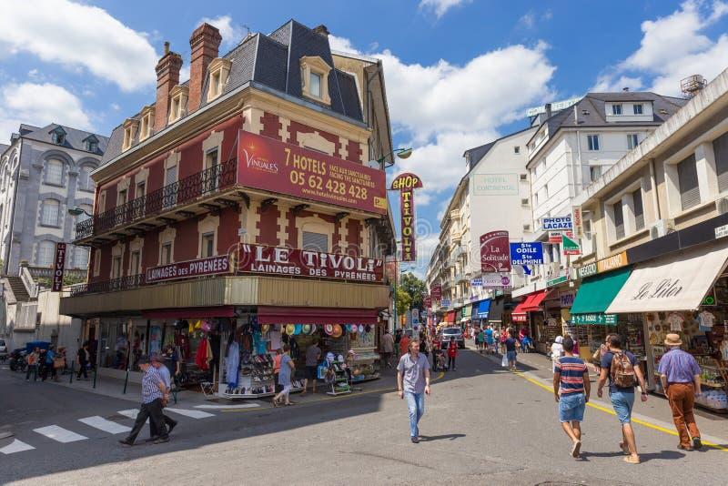 Shoppare och turister irrar stadskärnan i Lourdes royaltyfri fotografi