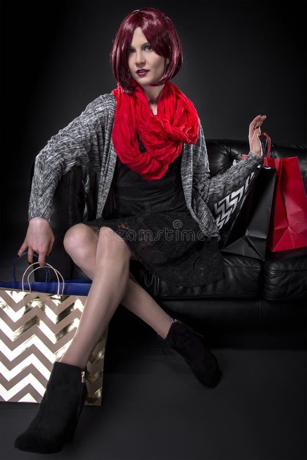 Shoppare som vilar på en soffa arkivfoton