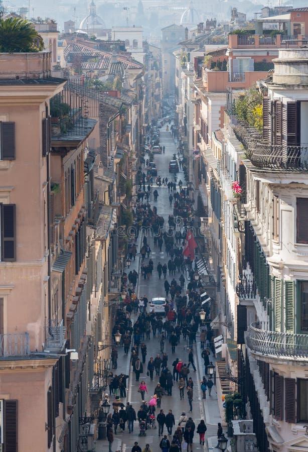 Shoppare tränger ihop via Condotti i Rome arkivfoton