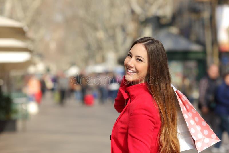 Shopparekvinnashopping i gatan i vinter arkivfoton