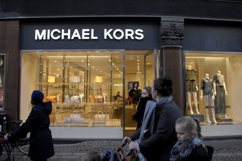 SHOPPAREN FÖRBIGÅR PUXURYSTORES royaltyfria foton
