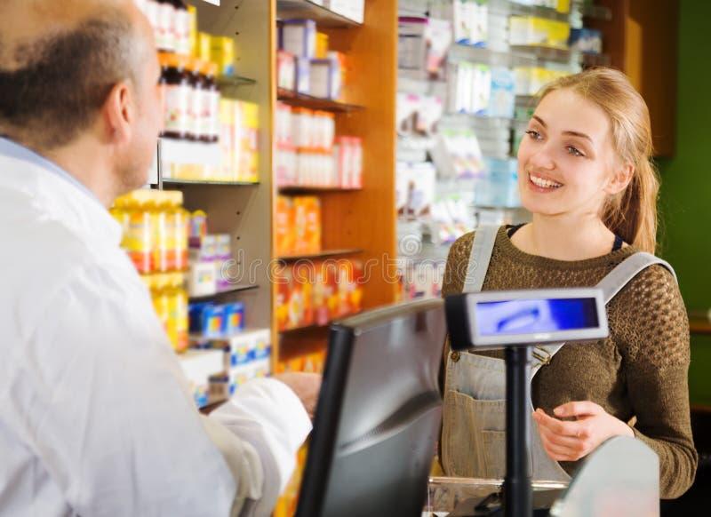 Shopparen köper medicin arkivbilder