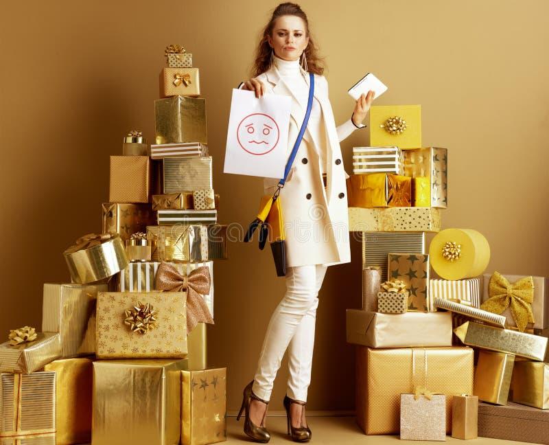 Shopper-vrouw met tablet-pc en papieren vel met ongelukkige glimlach royalty-vrije stock afbeelding