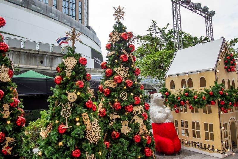 Shopping de EmQuartier, estrada de Sukhumvit, Banguecoque, Tailândia em dezembro 8,2018: Grandes urso de peluche e árvores de Nat foto de stock