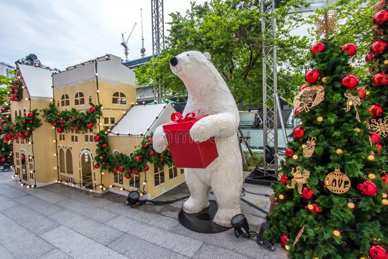 Shopping de EmQuartier, estrada de Sukhumvit, Banguecoque, Tailândia em dezembro 8,2018: Grandes urso de peluche e árvores de Nat imagem de stock royalty free