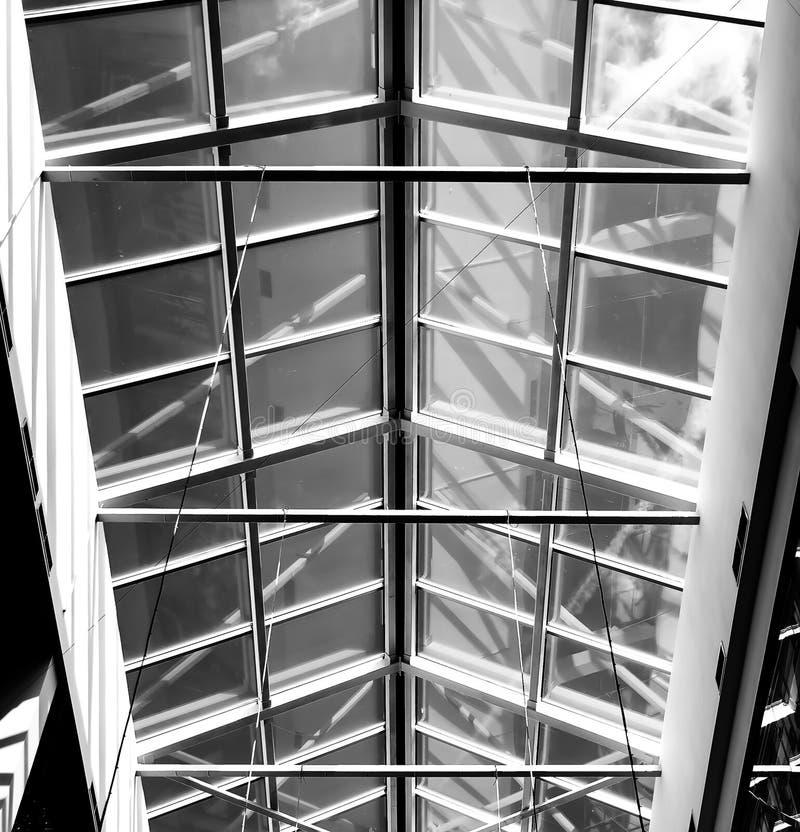 Shopping de vidro do telhado com o céu azul no verão imagem de stock