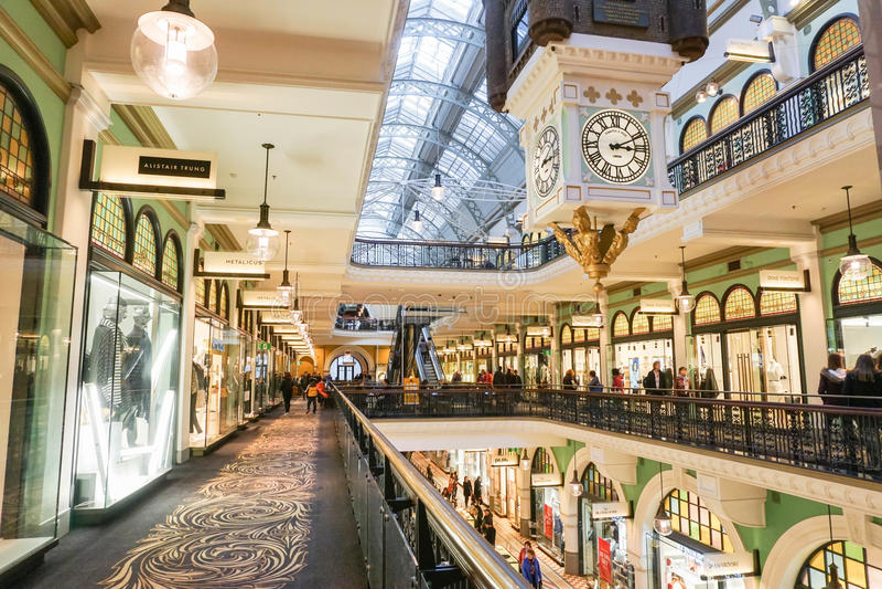 Shopping dentro da rainha Victoria Building tomada o 7 de julho foto de stock