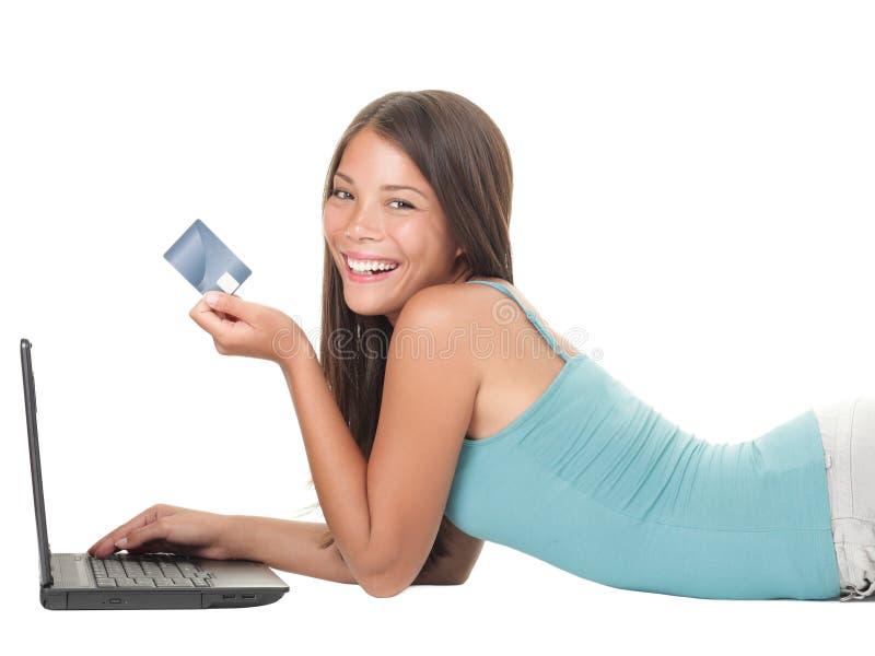 shopping för flickainternetbärbar dator royaltyfri fotografi
