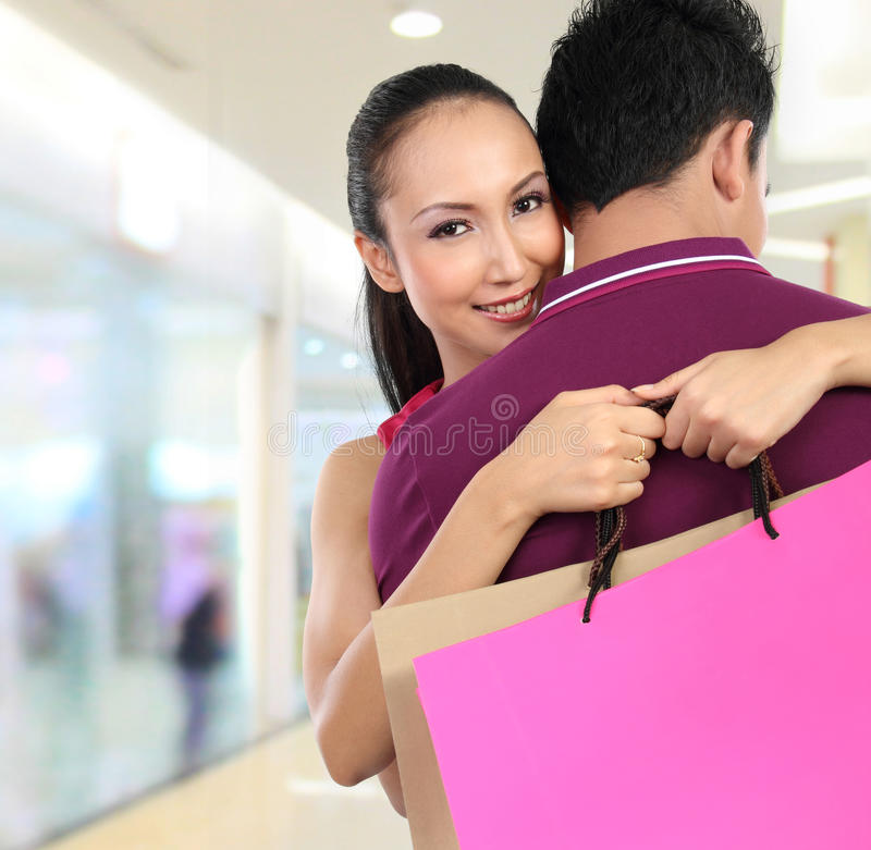 shopping för par för attraktiv påse bärande lycklig royaltyfria foton