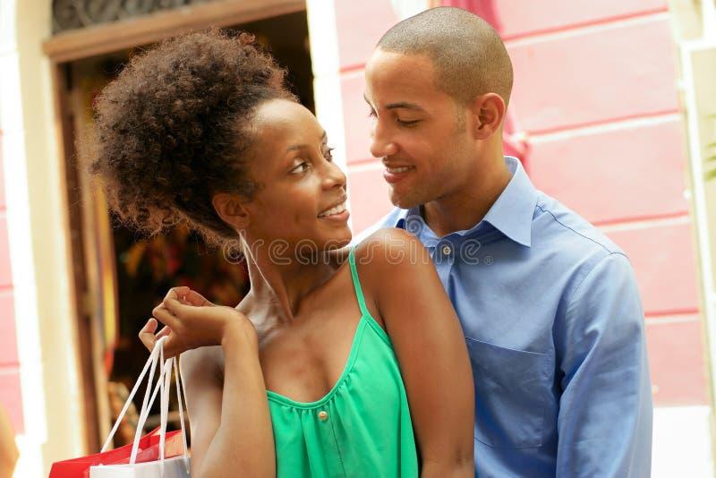 Shopping för ståendeafrikansk amerikanpar i Panama City royaltyfri foto
