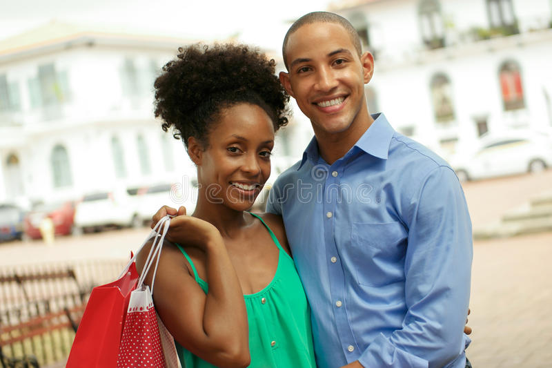 Shopping för ståendeafrikansk amerikanpar, i Panama City att le royaltyfri fotografi