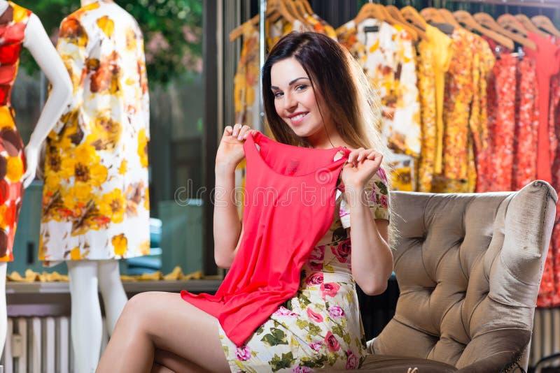 Shopping för ung kvinna i modevaruhus royaltyfria bilder