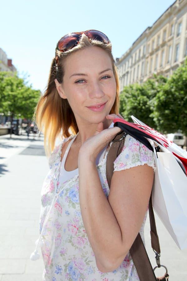 Shopping för ung kvinna i stad arkivbilder