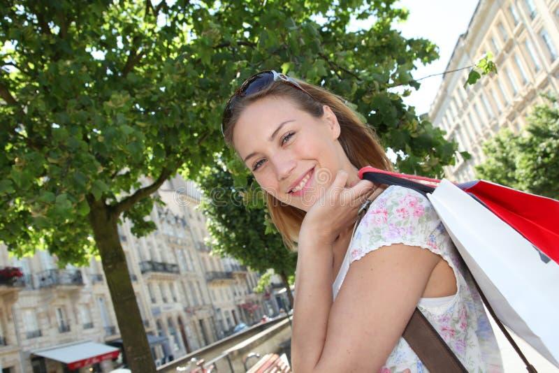 Shopping för ung kvinna i stad royaltyfria bilder