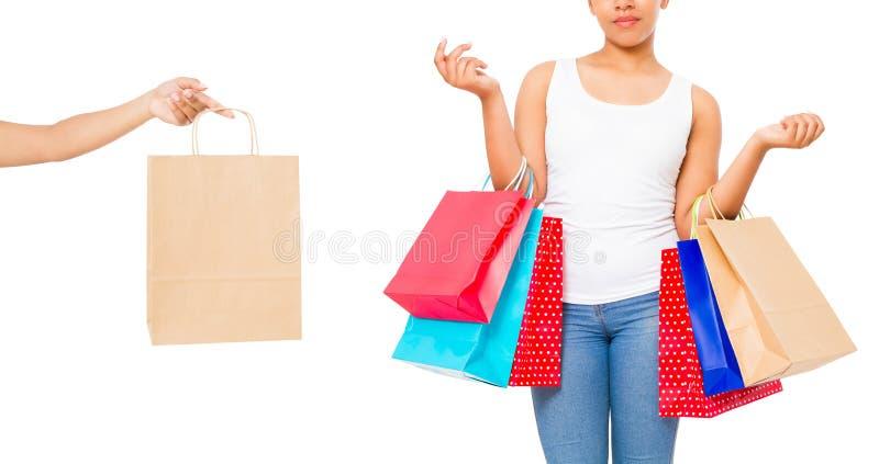 Shopping för ung kvinna med afro hår Collage av den lyckliga afrikansk amerikanflickan med shoppingpåsar som isoleras på vit bakg royaltyfria foton
