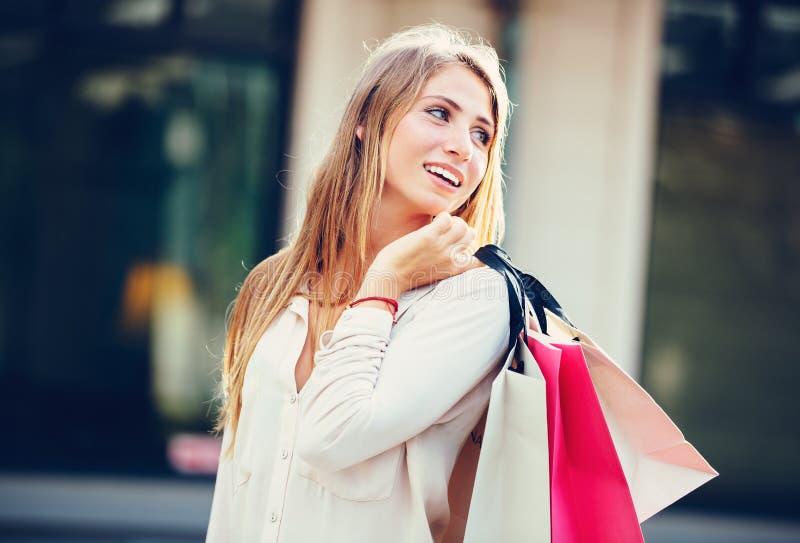 Shopping för ung kvinna på gallerian arkivfoton