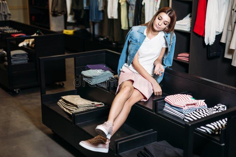 shopping Flicka för fashionablel för Beautifu modellbrunett i stilfull kläder som poserar i klädlager, en ny trend av kläder bane fotografering för bildbyråer