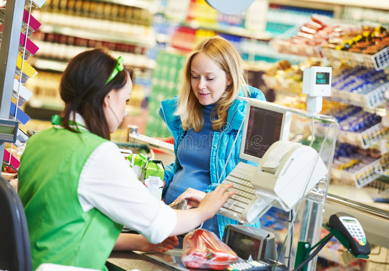 shopping Kontrollera ut i supermarketlager royaltyfri fotografi