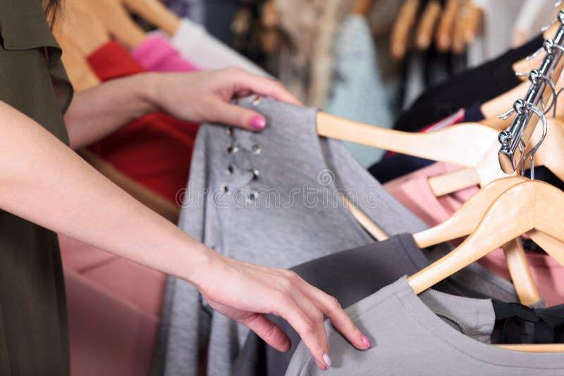 shopping Kvinnan väljer vad för att köpa arkivfoto