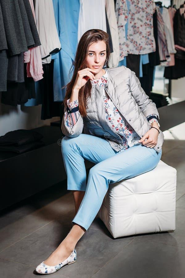 Shopping, mode, stil, försäljning, shopping, affär och folk härlig lycklig ung kvinna för begrepp i klädlager Affär royaltyfri fotografi
