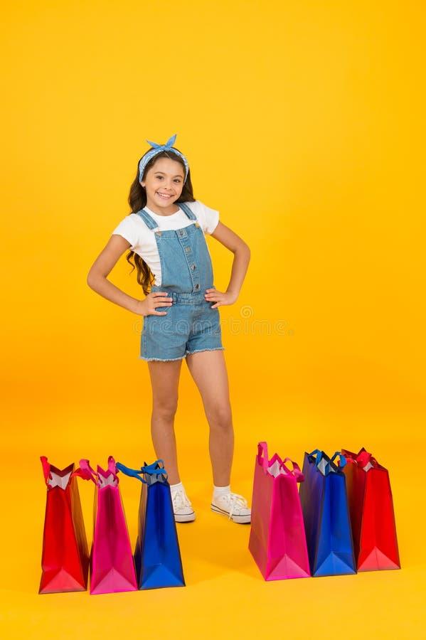 In shopping store give-away concept prêt pour la célébration des fêtes small girl had successful shopping happy childhood image libre de droits