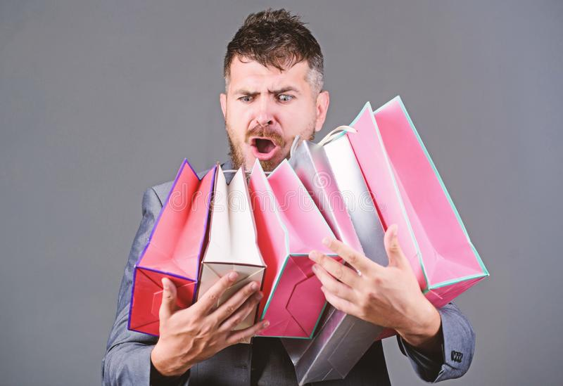Shopping tour di soddisfazione Offerta commerciale esclusiva Il cliente barbuto dell'uomo d'affari dell'uomo porta molti sacchett immagine stock libera da diritti
