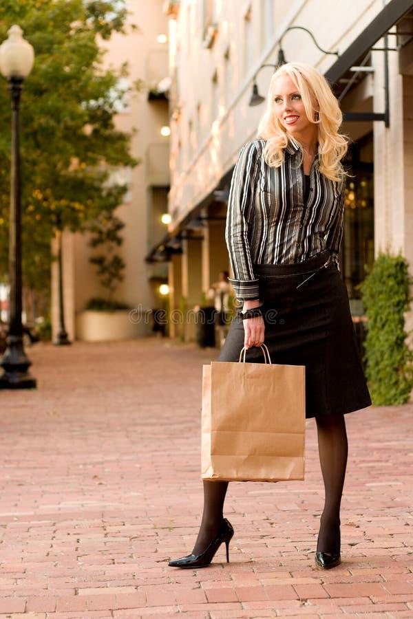 shopping woman young στοκ εικόνα με δικαίωμα ελεύθερης χρήσης