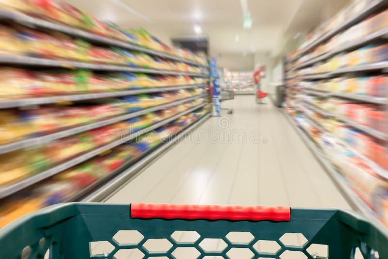 Shoppingbegrepp på supermarket i rörelsesuddighet royaltyfria bilder