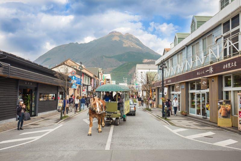 Shoppingen för huvudsaklig gata av Yufuin Oita, Japan royaltyfria bilder